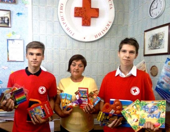 Херсонские дети собрали для переселенцев вещи, игрушки и моющие средства