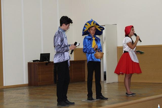 Володимир Миколаєнко вручив портфелі 44 першокласникам