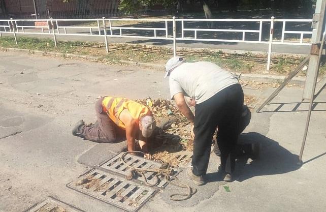 В центре Херсона дорожники чистили ливневки