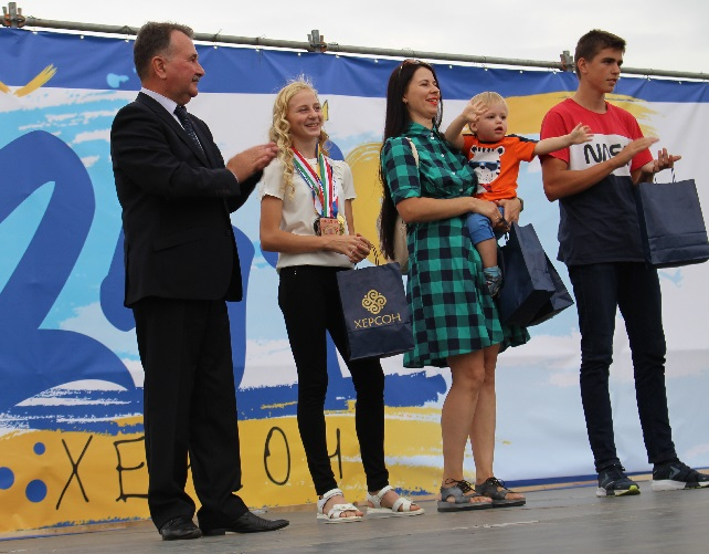 Володимир Миколаєнко нагородив юних талановитих херсонців
