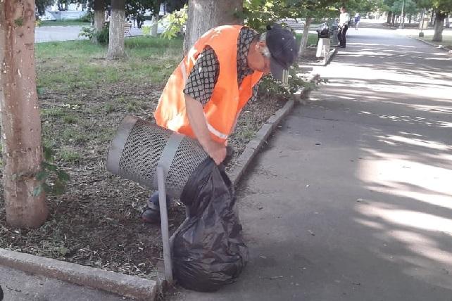 У Херсоні стрижуть живі зелені паркани по Миколаївському шосе