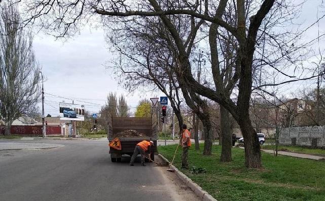 Вчора у Херсоні для прибирання вулиць залучили 98 працівників та вивезли 9,5 т сміття